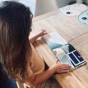 Lydia læser i bog ved bord