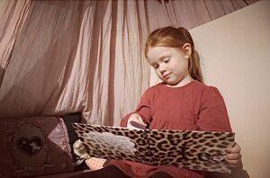 Sally kigger i bog